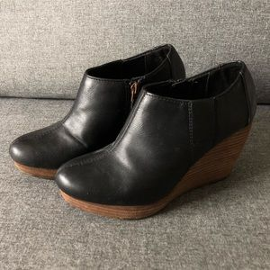 HARLIE black faux leather and wooden wedge